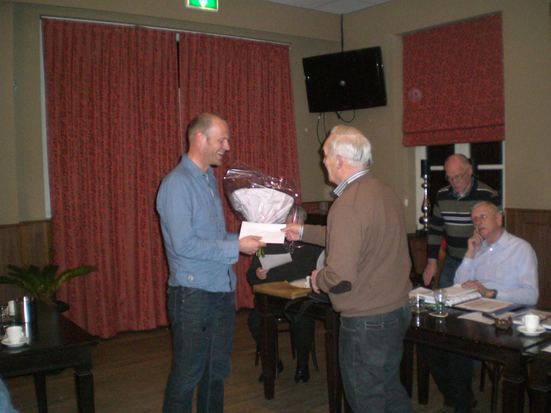 Marcel Seevens krijgt zijn prijs van de Beckers Troffee